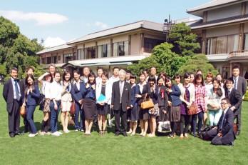 会場となった明治記念館の中庭で参加者全員で記念撮影