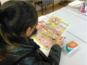 スーパーのチラシを見ながら生活に密着した活きた日本語を学びます
