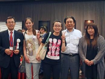 馬さん(中央)の受賞を喜ぶ受け入れ企業の皆さんと同僚の実習生、当組合理事長(左)